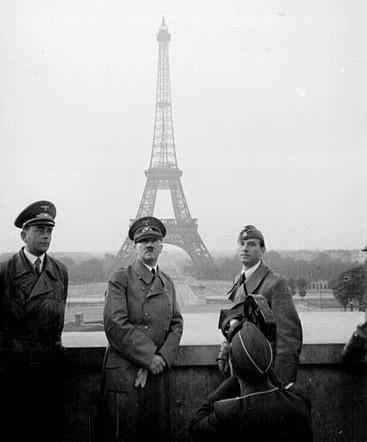 希特勒在埃菲尔铁塔上的著名历史照片的疑惑